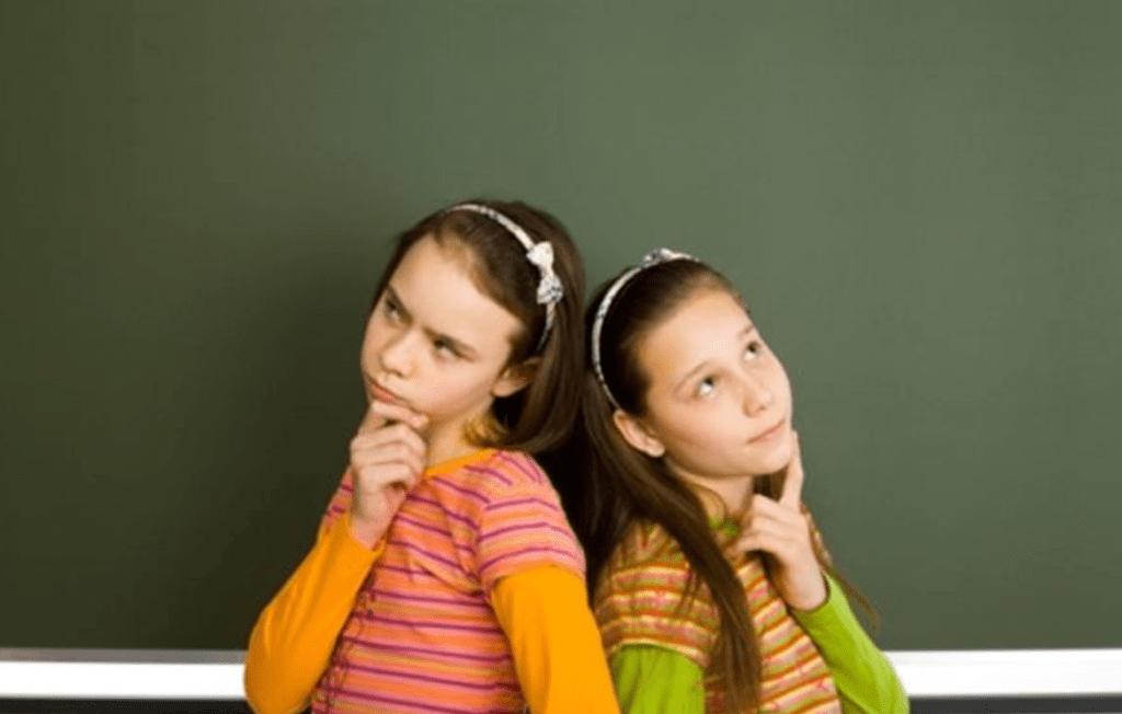 悩む2人の女の子