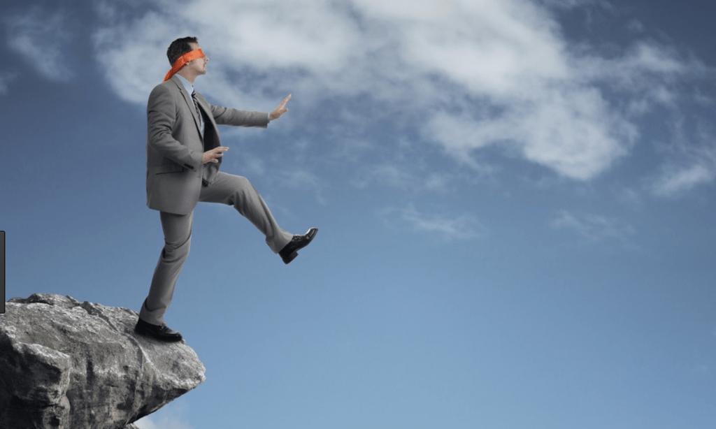 崖から落ちそうになる男性