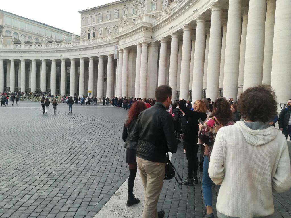 平日夕方のサン・ピエトロ大聖堂へ入場待ちの様子
