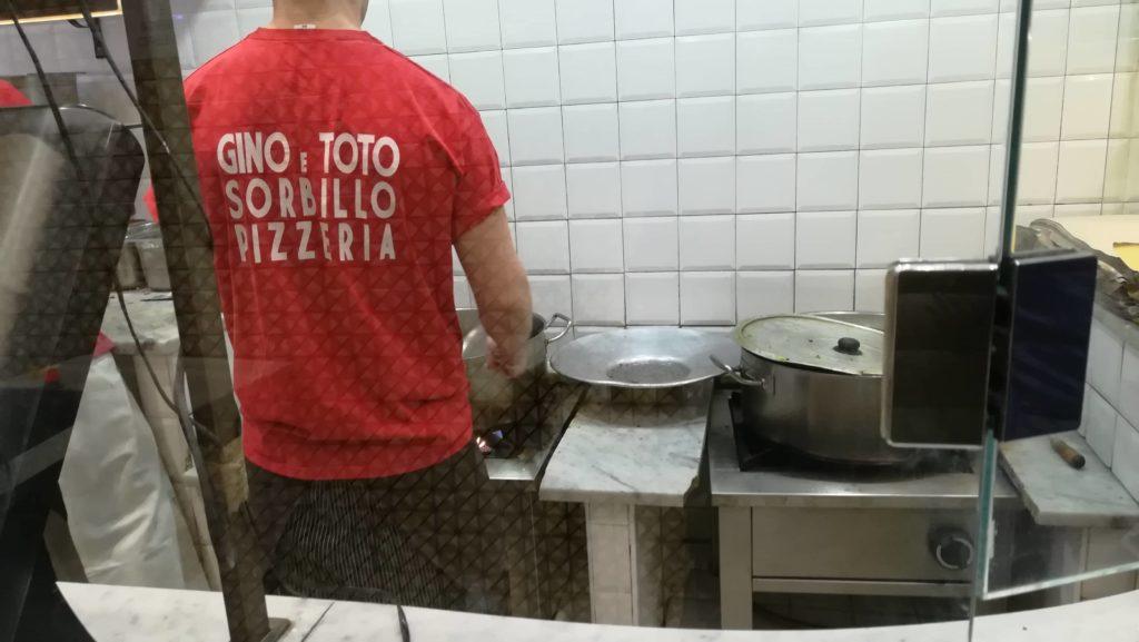 ナポリの揚げピザ職人さんの真剣な仕事ぶり....