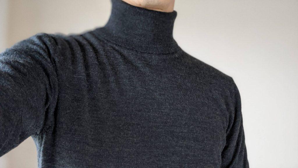 両方Mサイズを購入しましたが、一緒に着ても全然違和感んがないのはうれしい。(インナーに超極暖ヒートテック+メリノウールタートルネックセーターの組み合わせ)