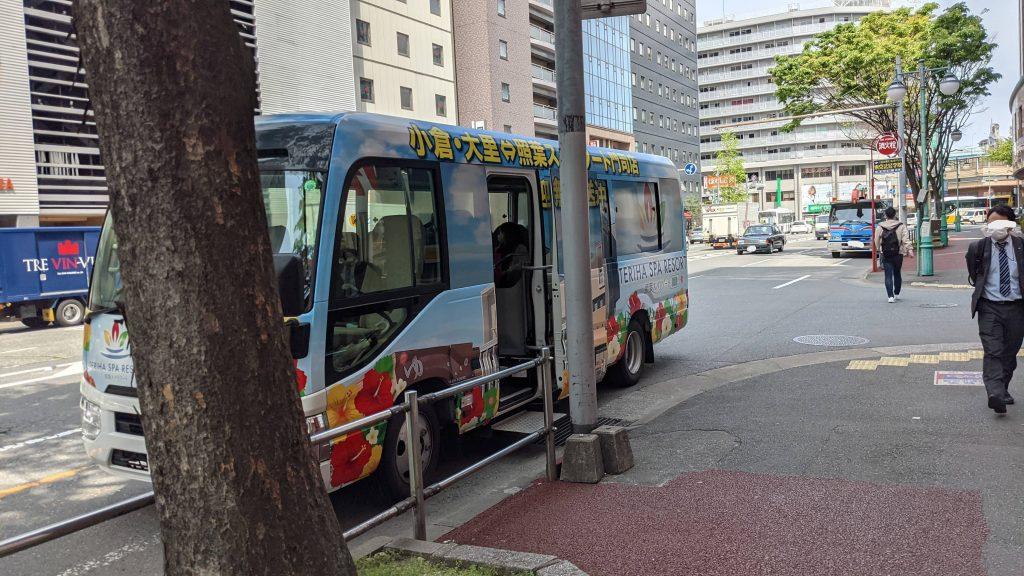 博多駅前の路上にバスが停車している様子