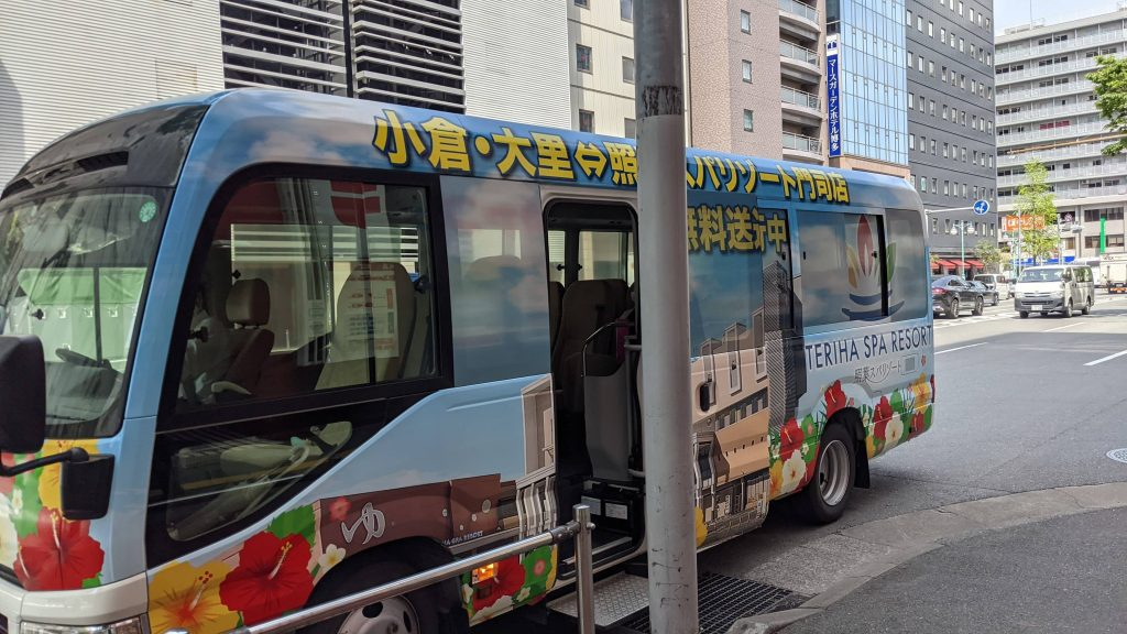 無料送迎巡回バスの外観・博多駅前